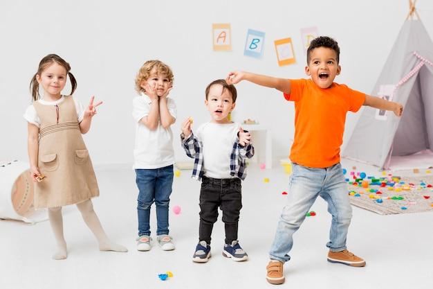 Enfants Heureux Posant Ensemble Photo Premium