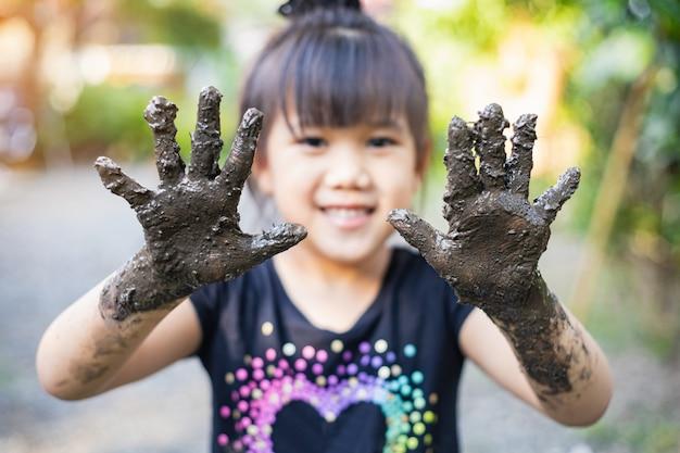 Enfants Jouant Avec De L'argile Boueuse Photo Premium