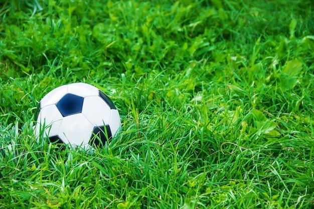 Enfants jouant au football avec un ballon de foot. mise au point sélective. Photo Premium
