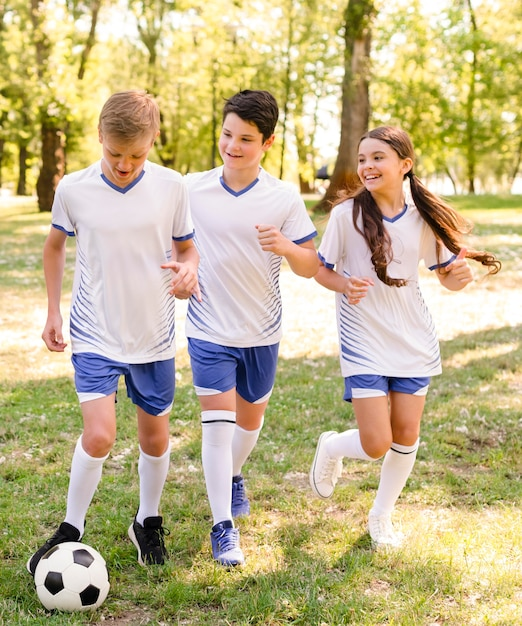 Enfants Jouant Au Football à L'extérieur Photo gratuit