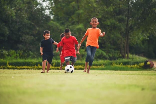 Enfants Jouant Au Football De Football Photo gratuit