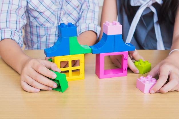 Enfants jouant des blocs de construction créatifs en plastique Photo gratuit