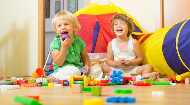 Enfants jouant avec des blocs Photo gratuit