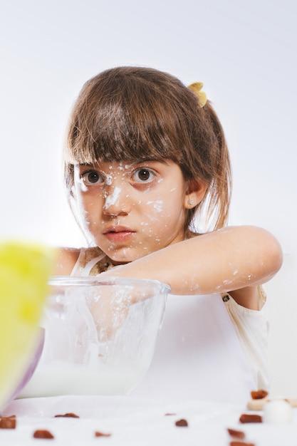Enfants Jouant Dans La Cuisine Photo Premium