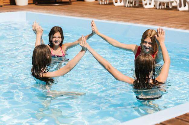 Enfants Jouant Dans La Piscine Photo gratuit