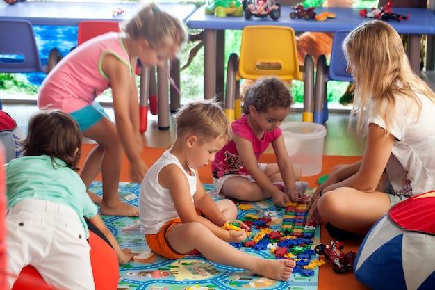 Enfants jouant à des jeux en pépinière Photo Premium
