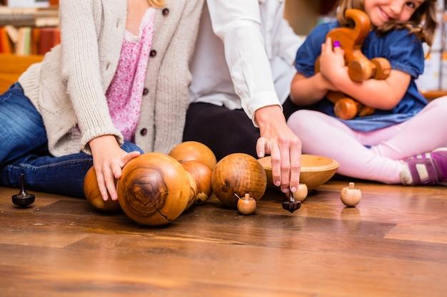 Enfants jouant avec des jouets en bois en magasin Photo Premium