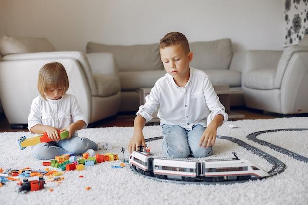 Enfants Jouant Avec Lego Et Train Jouet Dans Une Salle De Jeux Photo gratuit