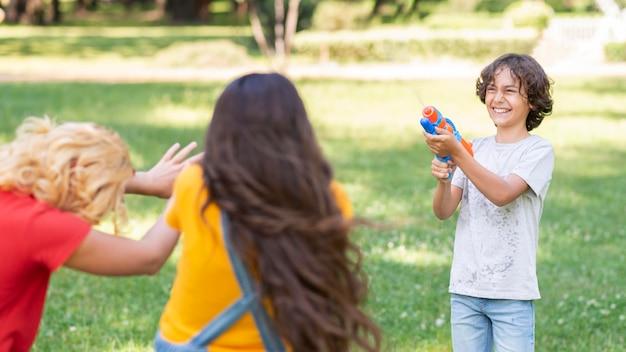 Enfants Jouant Avec Pistolet à Eau Photo gratuit