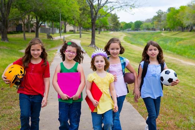 Enfants kid filles marchant à l'école avec des balles de sport Photo Premium