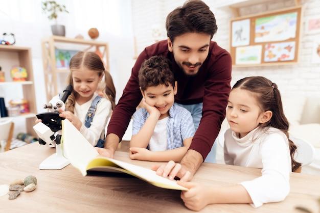 Les enfants lisent ensemble le livre. Photo Premium