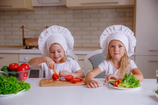 Les Enfants Mangent Des Aliments Sains Dans La Cuisine Photo Premium