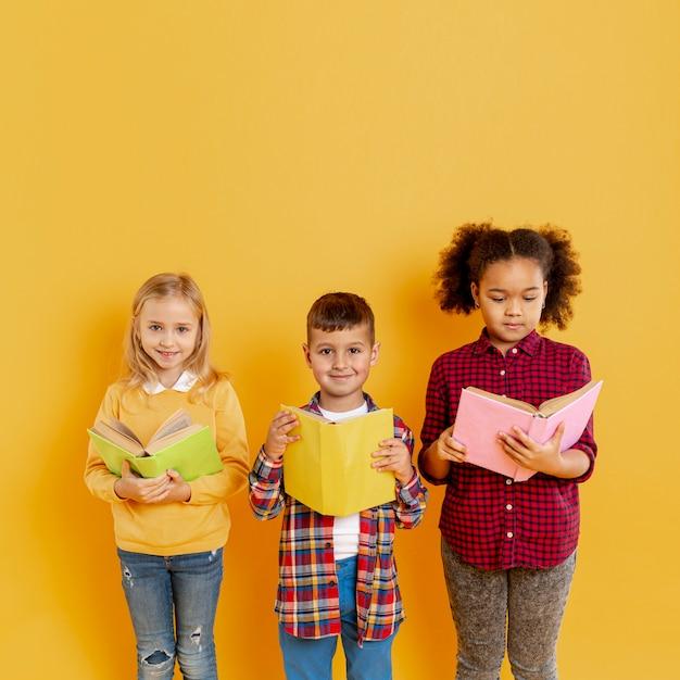Enfants Mignons à L'événement De La Journée Du Livre Photo gratuit