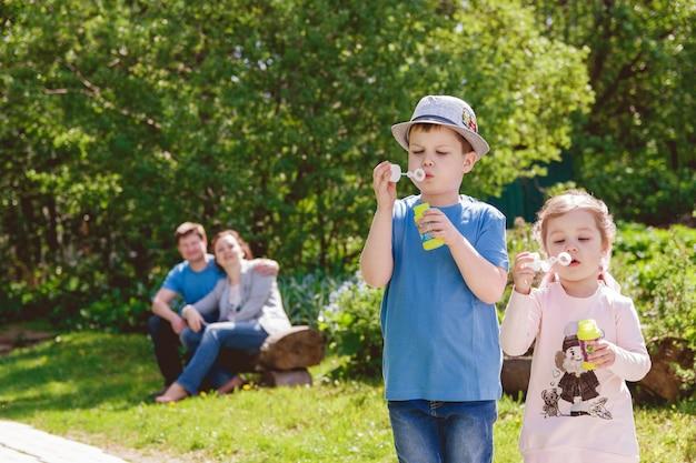 Enfants mignons jouent dans le parc Photo Premium