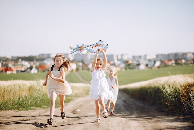 Des enfants mignons passent du temps sur un terrain d'été Photo gratuit