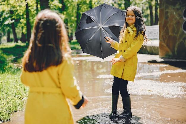 Enfants mignons plaiyng un jour de pluie Photo gratuit