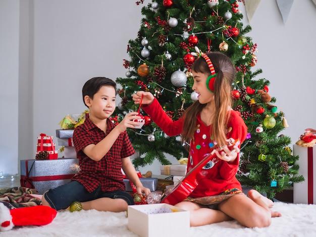Les enfants de nombreuses nationalités célèbrent le jour de noël Photo Premium