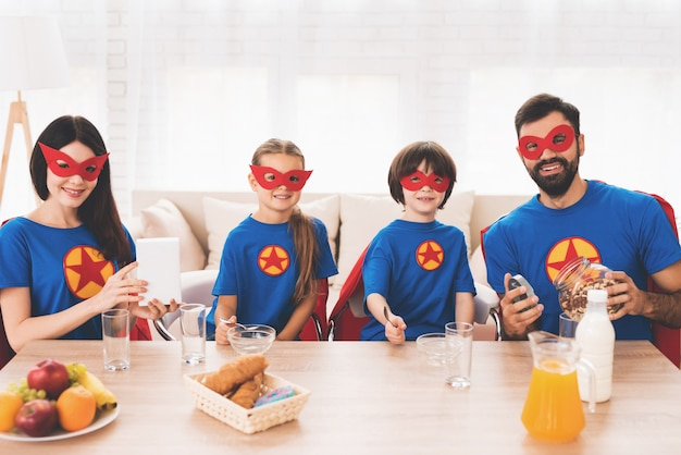 Enfants et parents en costume de super héros. Photo Premium
