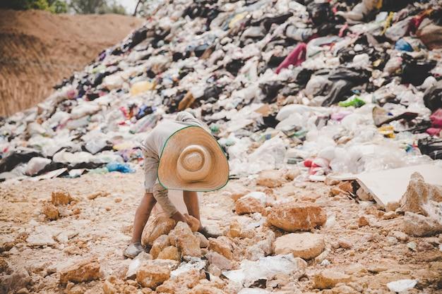 Les enfants pauvres ramassent les ordures pour les vendre Photo gratuit