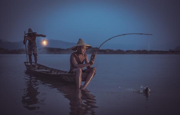Enfants Pêcheur Avec Son Père Attrapant Des Poissons Sur Le Lac En Thaïlande Photo Premium