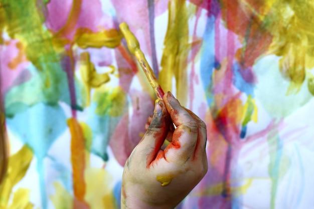 Enfants petit artiste peinture brosse à main coloré Photo Premium