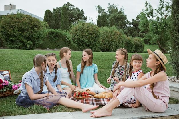 Enfants Sur Un Pique-nique Dans Le Jardin Photo gratuit