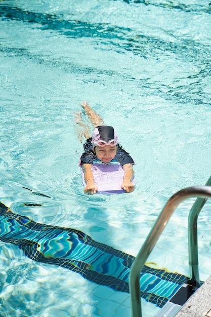 Les enfants pratiquent la natation dans la piscine. Photo Premium