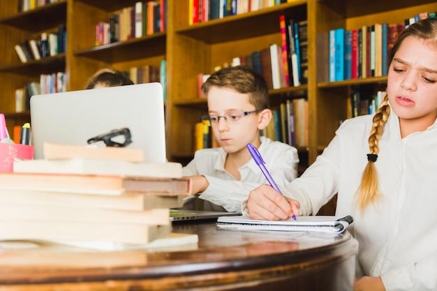 Des enfants qui travaillent dur à la maison Photo gratuit