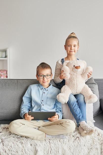 Enfants Regardant Des Vidéos Sur Tablette Photo Premium