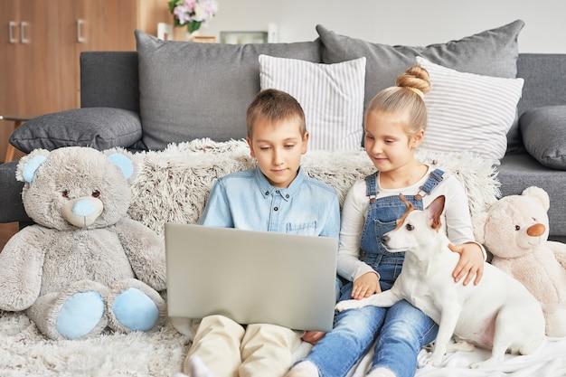 Enfants, Regarder, Vidéos, Ordinateur Portable Photo Premium