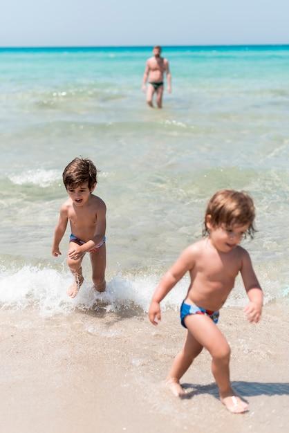 Enfants S'amusant Au Bord De La Mer Photo gratuit