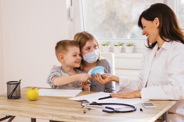 Enfants s'amusant chez le docteur Photo Premium