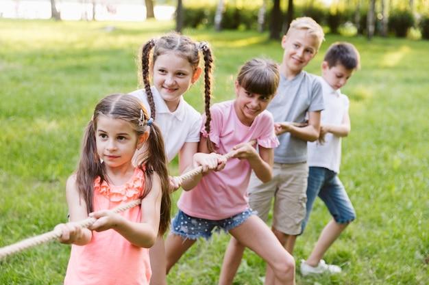 Enfants s'amusant en lutte acharnée Photo gratuit