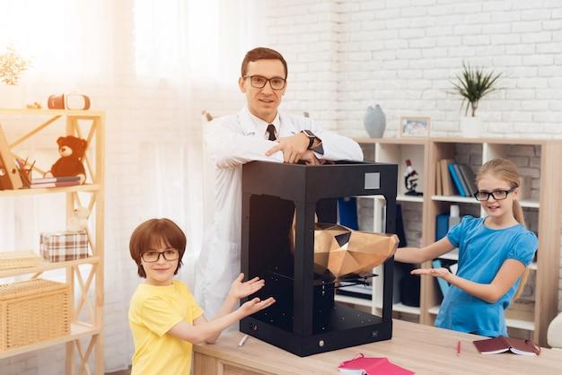 Enfants se présentant à la caméra avec professeur et imprimante 3d. Photo Premium