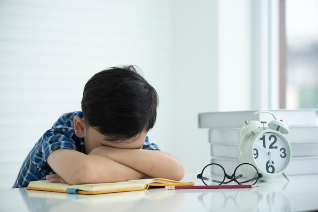 Les enfants sont fatigués d'apprendre et somnolents. Photo Premium