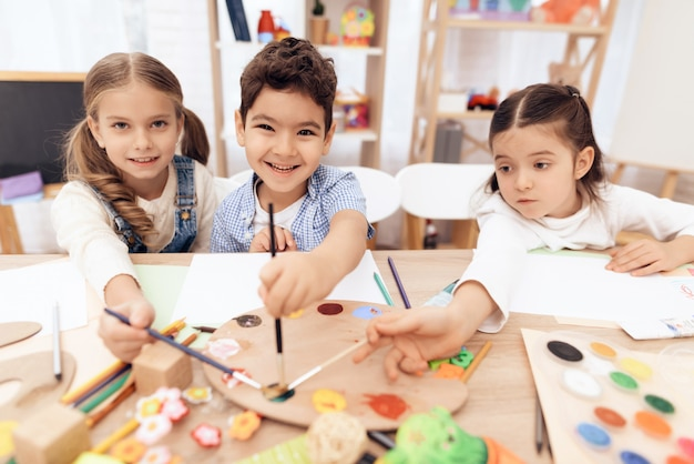 Les enfants suivent un cours de dessin à l'école. Photo Premium
