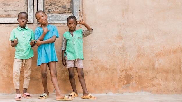 Enfants Tir Complet Posant à L'extérieur Photo gratuit