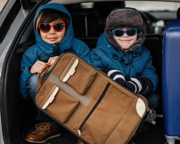 Enfants De Tir Moyen Portant Des Lunettes De Soleil Photo gratuit