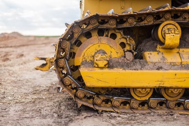 Engins de chantier sur chenilles de couleur jaune Photo Premium