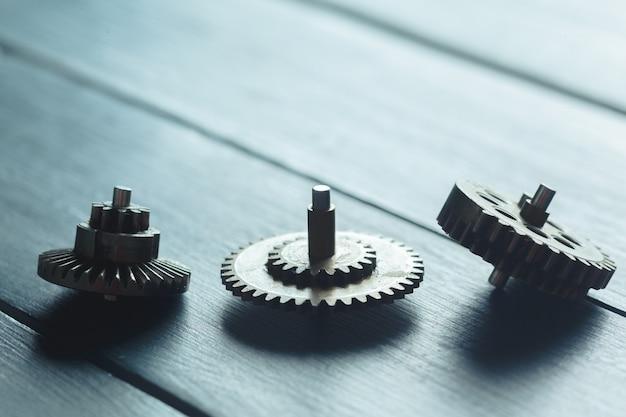 Engrenages sur le bois sombre Photo Premium