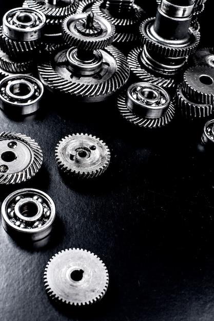 Engrenages en métal sur fond noir Photo Premium