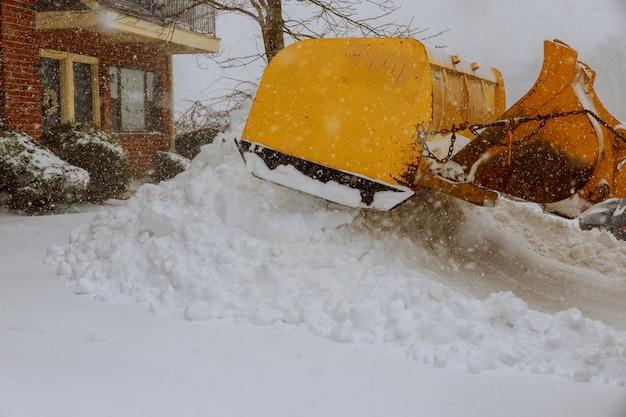 Enlever la neige d'une route en hiver Photo Premium