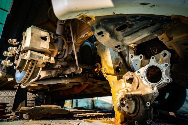 Enlevez les roues et le moteur de la voiture pour réparation Photo Premium