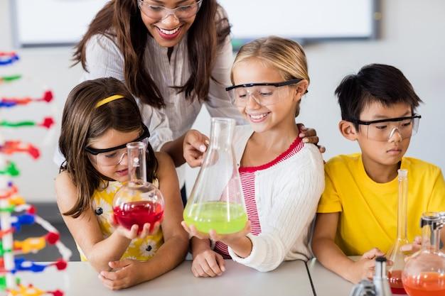Enseignant Aidant Les élèves à Faire Des Sciences Photo Premium