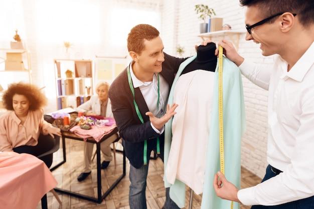 Enseignant et élève cherchent une nouvelle robe. Photo Premium