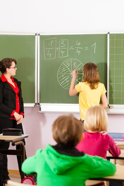 Enseignant avec élève à l'enseignement scolaire Photo Premium