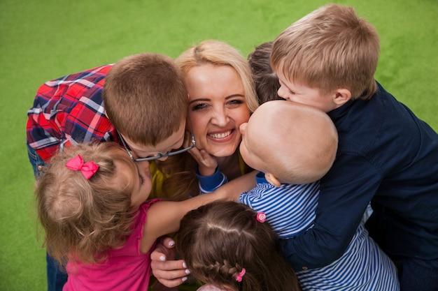 Enseignant embrassant des enfants Photo Premium