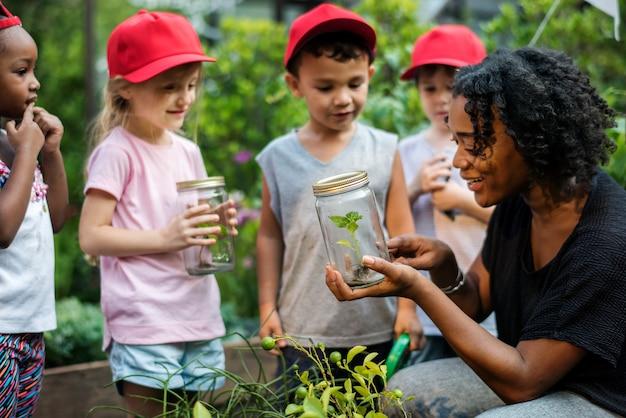Enseignant et enfants école d'apprentissage écologie jardinage Photo Premium