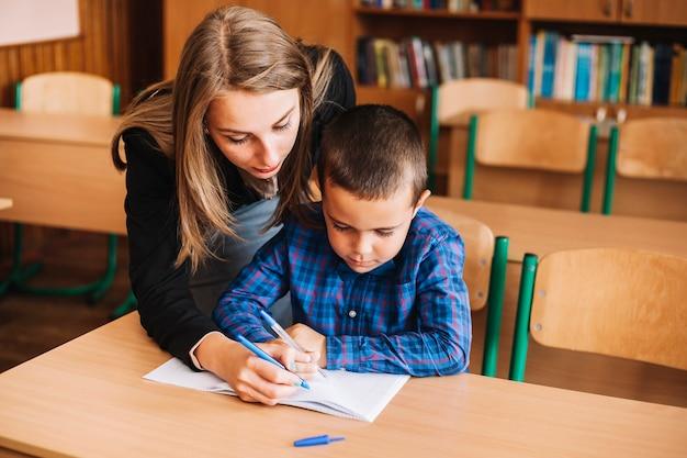 L'enseignant indique une erreur Photo gratuit