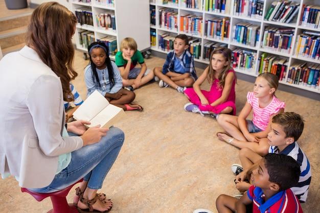 Enseignant Lisant Des Livres à Ses élèves Photo Premium